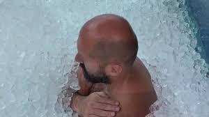 Австриец более двух часов просидел в ледяном контейнере ради рекорда