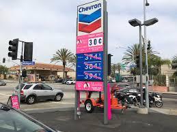 На АЗС внезапно появился бензин по 30 центов