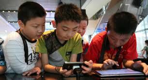 В Китае постоянно игравший в смартфоне мальчик заработал косоглазие