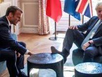 Британские СМИ объяснили, зачем Борис Джонсон положил ногу на столик Макрона