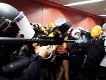 Полиция Гонконга начала стрелять впротестующих