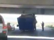 «Газель» снова застряла под мостом в Петербурге