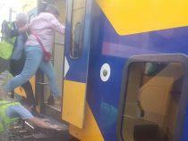 В Нидерландах пассажиры заходили в поезд по спине железнодорожника