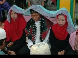 Индонезиец женился на двух женщинах, чтобы никого не обидеть