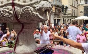 Испанцев совершенно бесплатно напоили вином прямо из фонтана