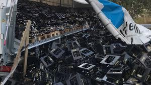 Водитель грузовика случайно разбил 10 тысяч бутылок пива в Германии