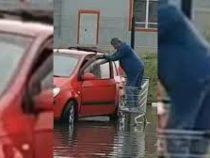 Ростовский водитель переплыл затопленную парковку на продуктовой тележке