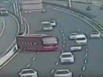 Разворачивающийся автобус причинил автомобилистам массу неудобств