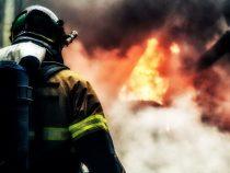 На востоке Бишкека горит мебельный цех