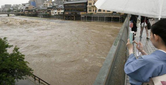 В Японии около 850 тысяч человек эвакуируют из-за дождей