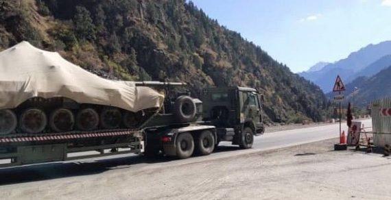 На юг Кыргызстана перевозят военную технику