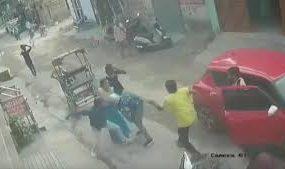 В Индии прохожие стащили грабителя с мотоцикла и поколотили его
