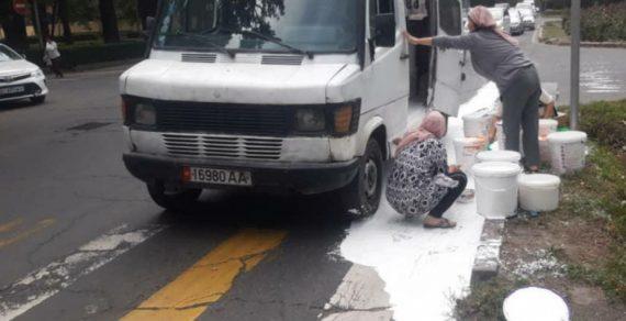 В Бишкеке из микроавтобуса на дорогу вылилось несколько ведер краски