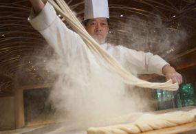 Шеф-повар приготовил лапшу, которая является самой длинной в мире