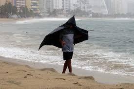 Ураган «Лорена» испортилотпуск сотням туристов в Мексике