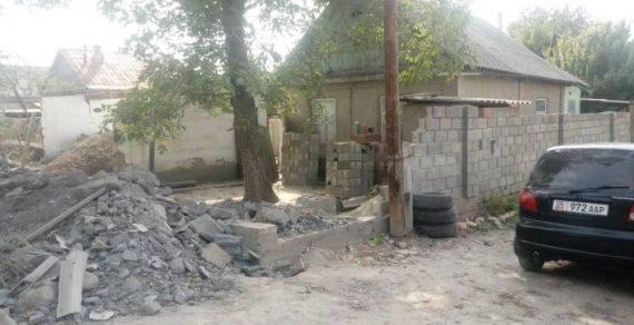 Мэрия Бишкека сносит объекты, мешающие ремонту дорог