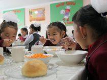 Горячее  питание во всех школах КР появится в 2023 году
