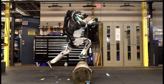 Во Франции посетителей бара завлекают роботы-стриптизеры