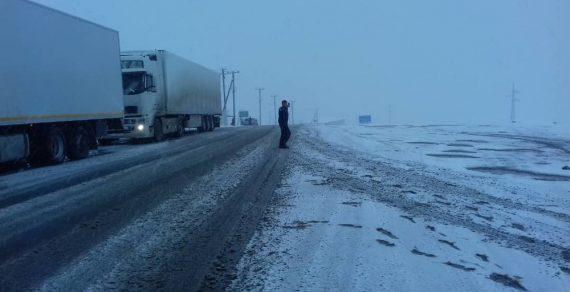 Ситуация в Суусамыре из-за выпавшего снега остается сложной