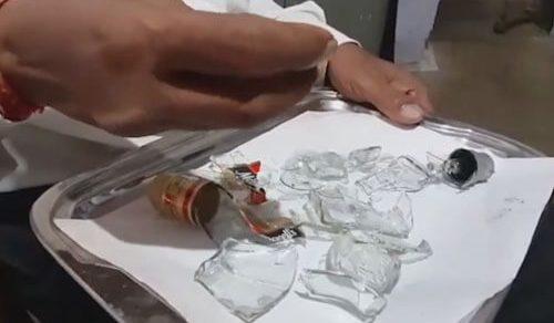 Чудак, поедающий битое стекло, призывает людей не следовать его примеру