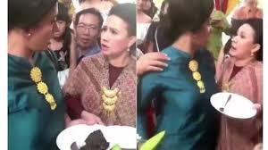 В Индонезии женщины подрались на свадьбе из-за еды