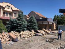 В Бишкеке снесен забор, который мешал строительству дороги