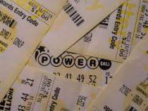 Бармену оставили лотерейный билет вместо чаевых, и она выиграла $50 тысяч