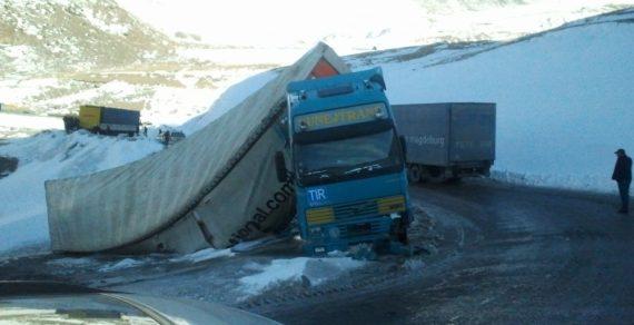 Сохранять бдительность при проезде перевальных участков призывают водителей спасатели