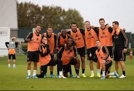 Шутник года: форвард сборной Бельгии снял штаны на фотографии партнеров по команде