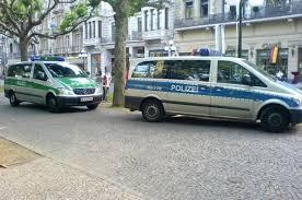 В Германии мужчина направил угнанный грузовик в стоящие машины