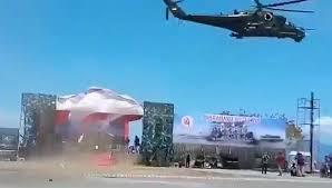 Вертолёт Ми-35 снёс трибуны на военном параде