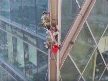 В Китае мойщики окон повисли на 77 этаже