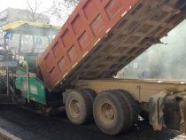 На улице Московской в Бишкеке укладывают асфальт