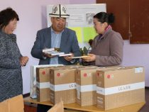 Учащимся школы в селе Кенеш подарили ноутбуки и книги