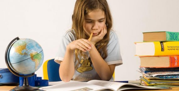 Учёные выяснили, зачем люди грызут ручки и барабанят пальцами по столу