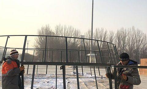 В Бишкеке начали устанавливать новогоднюю елку