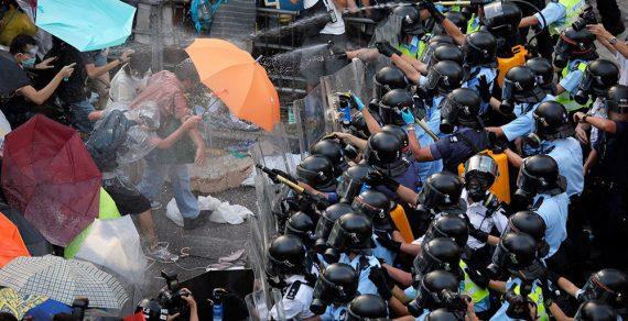 Кыргызстанцам рекомендуют пока не ездить в Гонконг