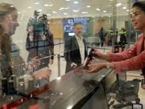 В аэропортах Грузии туристам стали дарить вино