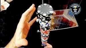 Трюк с покерными фишками принёс мужчине очередное звание мирового рекордсмена