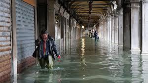 Власти Венеции оценивают в сотни миллионов евро ущерб от наводнения в городе