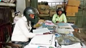 Офисные работники носят шлемы вовсе не из-за пристрастия к мотоциклам