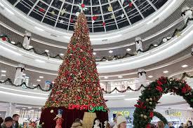 Самая высокая праздничная ёлка радует посетителей торгового центра