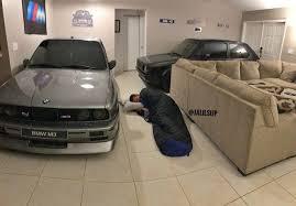 Мужчина припарковал в гостиной две машины, чтобы спасти их от урагана