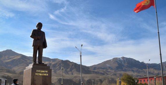 В Нарыне открылась обновленная площадь с памятником Турдакуну Усубалиеву