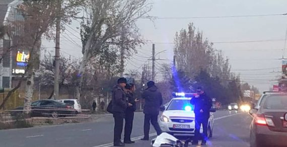 В Бишкеке женщину переехали сразу две машины