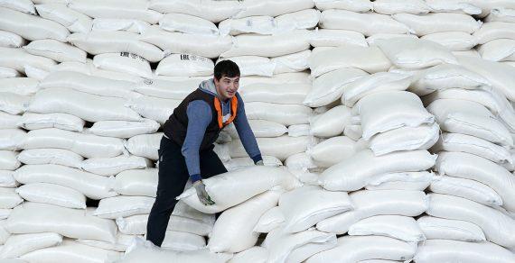 Сахар в Кыргызстане за год подешевел на 5. 5 сомов