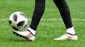 Вратарь-неудачник сбил прожектор за воротами после неудачного пенальти