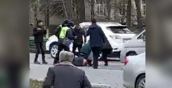 В Бишкеке мужчина с ножом пытался напасть на пассажиров троллейбуса №2