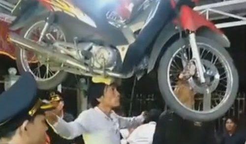 Артист поразил зрителей, станцевав с мотоциклом на голове