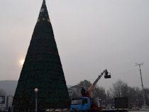 В Джалал-Абаде устанавливают новогоднюю елку